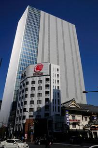 三原橋交差点と歌舞伎座の写真素材 [FYI01541779]