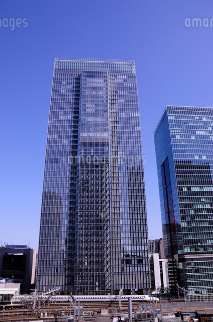 八重洲のビルと東海道新幹線の写真素材 [FYI01541784]