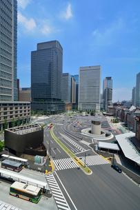 東京駅丸の内駅舎とその周辺の写真素材 [FYI01541879]