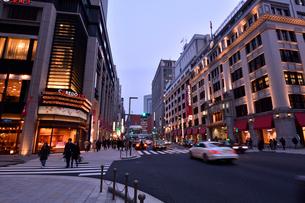 コレド室町,日本橋三越の夕景の写真素材 [FYI01542648]