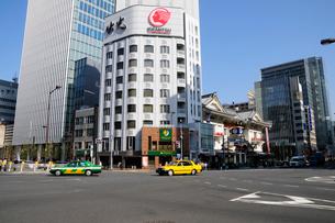 三原橋交差点と歌舞伎座の写真素材 [FYI01542649]