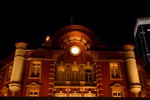 東京駅丸の内駅舎のライトアップの写真素材 [FYI01542729]