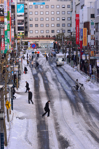 雪道と通勤の人々(津田沼駅付近)の写真素材 [FYI01542813]
