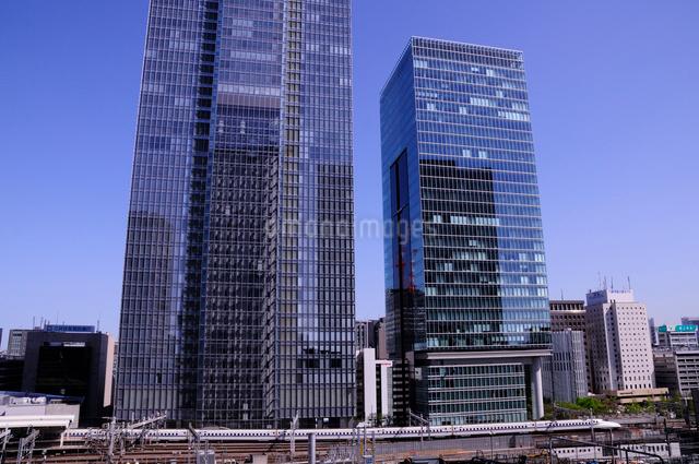 八重洲のビルと東海道新幹線の写真素材 [FYI01543257]