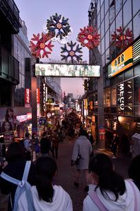 夕暮れの竹下通りの写真素材 [FYI01543843]
