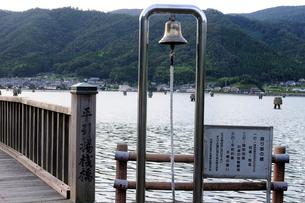 舞鶴平引揚桟橋語り部の鐘の風景の写真素材 [FYI01544337]