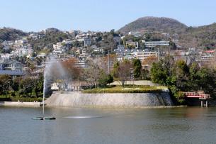西宮甲陽園の大池風景の写真素材 [FYI01544361]
