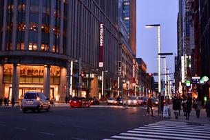 日本橋三越と国道4号線の写真素材 [FYI01544421]