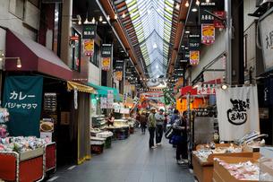 大阪黒門市場商店街の風景の写真素材 [FYI01544629]