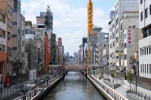 大阪道頓堀川の街並み風景の写真素材 [FYI01544645]