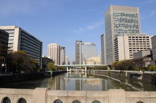 土佐堀川から街並みの風景の写真素材 [FYI01544696]
