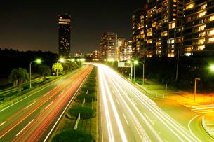 海浜大通りの車の光跡の写真素材 [FYI01544988]