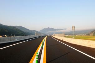 舞鶴若狭自動車道 小浜開通風景の写真素材 [FYI01545024]