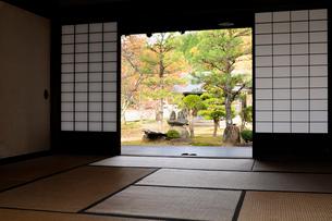 飛騨荘川の里山下家より庭園を見るの写真素材 [FYI01545144]