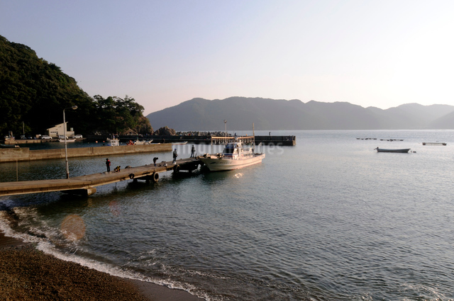 旭日と小浜湾の風景の写真素材 [FYI01545293]