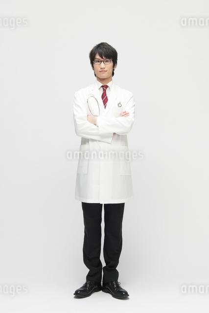 腕組みをする白衣を着た男性の写真素材 [FYI01545757]