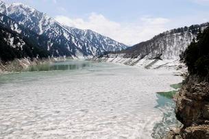 立山黒部アルペンル-ト黒部ダム湖流氷の風景の写真素材 [FYI01545776]