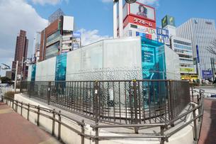 新宿東口の喫煙エリアの写真素材 [FYI01545939]