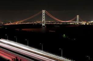 神戸淡路鳴門自動車道から明石海峡大橋の夜景の写真素材 [FYI01546188]