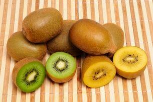果物・ゴールドキウイとキウイの写真素材 [FYI01546206]