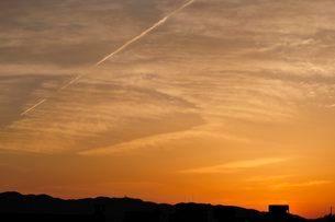 大阪空港から見た夕焼けの六甲山並みの写真素材 [FYI01546281]