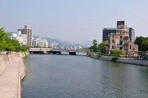 広島太田川から原爆ドームを見るの写真素材 [FYI01546821]