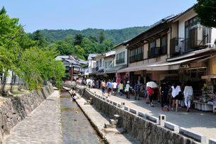 世界遺産・日本三景 夏の宮島表参道商店街の写真素材 [FYI01546937]