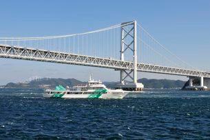 鳴門海峡から大鳴門橋と観光船の写真素材 [FYI01547006]