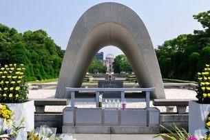 広島平和公園慰霊塔から原爆ドームを見るの写真素材 [FYI01547044]