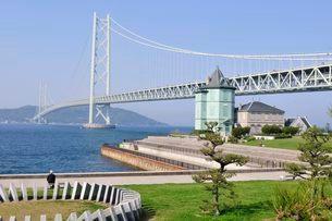 舞子公園側から明石海峡大橋を見るの写真素材 [FYI01547115]