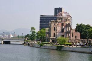 広島太田川から原爆ドームを見るの写真素材 [FYI01547143]