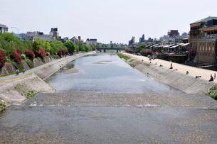 京都 三条大橋から見た鴨川の風景の写真素材 [FYI01547206]