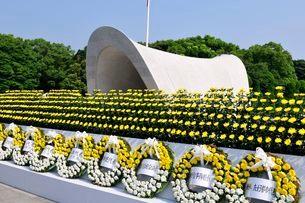 広島平和公園慰霊塔に献花の写真素材 [FYI01547304]