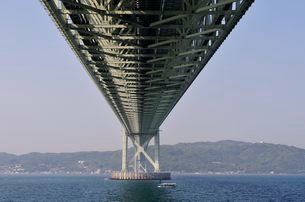 舞子公園側から明石海峡大橋を見るの写真素材 [FYI01547355]