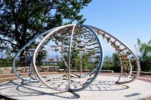 神戸 諏訪山公園ビーナスブリッジ愛のカギの写真素材 [FYI01547384]