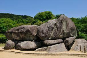 奈良 新緑の石舞台古墳の写真素材 [FYI01547479]