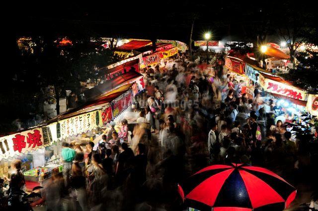 大阪天神祭夜店の風景の写真素材 [FYI01547501]