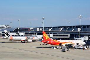 関西国際空港 展望ホ-ルからターミナルビルを見るの写真素材 [FYI01547768]
