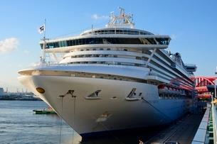 早朝 神戸港のダイヤモンドプリンセス豪華船が入港の写真素材 [FYI01547789]