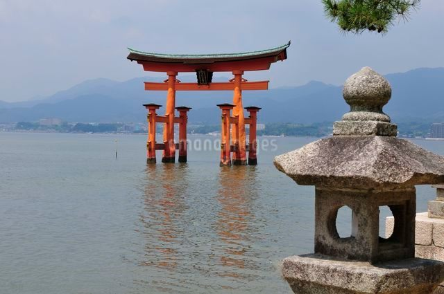 世界遺産・日本三景 夏の宮島大鳥居の写真素材 [FYI01547850]