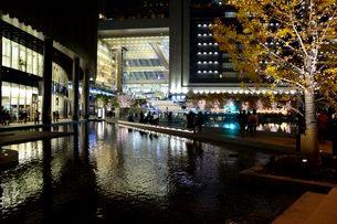 うめきた広場と大阪ステーションシティのイルミネーションの写真素材 [FYI01548080]