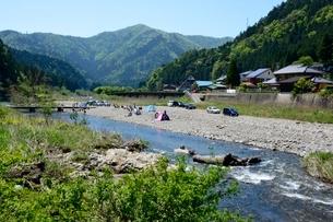 新緑 美山川の清流の写真素材 [FYI01548127]
