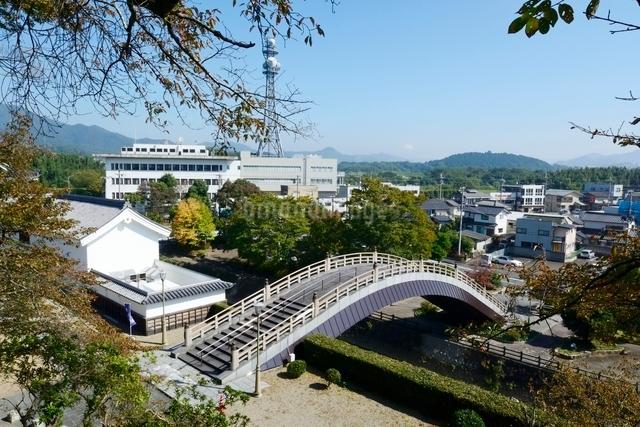 福知山城から昇龍橋と街並みを見るの写真素材 [FYI01548180]