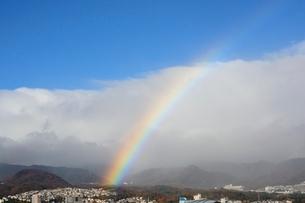 西宮,宝塚の街並みにかかる虹の写真素材 [FYI01548186]
