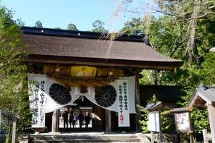 和歌山,熊野本宮大社大注連縄がかかる門の写真素材 [FYI01548351]
