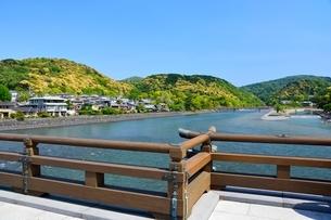 新緑 宇治橋から宇治川の上流を見るの写真素材 [FYI01548435]