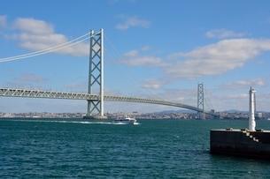 淡路 岩屋漁港から明石海峡大橋を見るの写真素材 [FYI01548521]