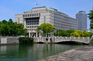 新緑 大阪土佐堀川から市役所を見るの写真素材 [FYI01548537]