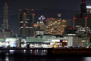 神戸港から三宮方面の夜景の写真素材 [FYI01548542]