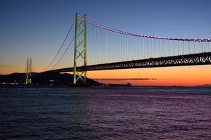 神戸,舞子公園から夕暮れの明石海峡大橋の写真素材 [FYI01548557]